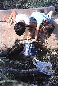Niños jugando en un charco de agua (Gentileza: Lilián Corra)