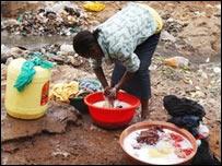 Una mujer lava ropa en Kenia