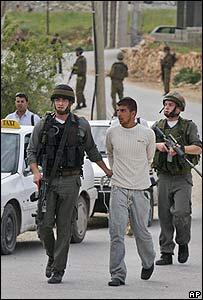 Un palestino es detenido por fuerzas israelíes en Cisjordania