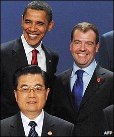 US President Barack Obama, Russian President Dmitry Medvedev and Chinese President Hu Jintao at the G20 Summit in London (02 April 2009)