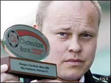 Hibs manager Mixu Paatelainen with his award