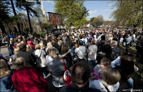 Crowds outside Jade Goody's funeral