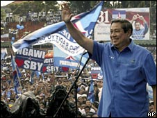 Susilo Bambang Yudhoyono waves to supporters during a campaign rally in Indonesia on 3 April 2009