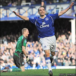 Leon Osman celebrates scoring Everton's fourth