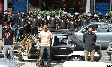 Uniformed and plain-clothed Egyptian police in Cairo stand guard close to a courthouse in Cairo while protesters stage a rally on 6 April 2009