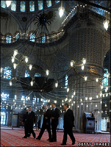 Barack Obama and Recep Tayyip Erdogan tour the Blue Mosque (7 April 2009)