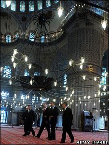 Barack Obama and Recep Tayyip Erdogan tour the Blue Mosque (7 April 2009)