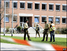 Police outside the courthouse in Landshut (7 April 2009)
