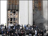 Демонстранты штурмуют здание парламента в Кишиневе
