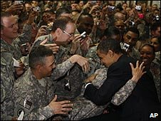 US soldiers greet President Barack Obama in Iraq (07/4/2009)