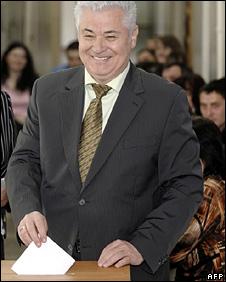 Vladimir Voronin votes (5 April 2009)
