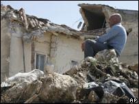 Мужчина на развалинах разрушенного дома