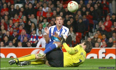 Mariano lifts the ball over Edwin van der Sar for Porto's late equaliser