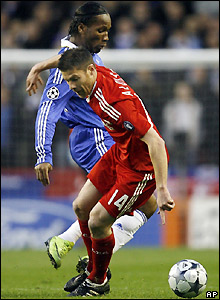 Drogba tangles with Xabi Alonso