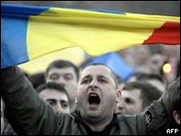 Участник манифестации с флагом Румынии