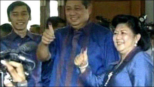 President Susilo Bambang Yudhoyono and his wife Kristiani cast their vote