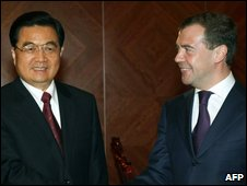 Russian President Dmitry Medvedev (R) shakes hands with Chinese President Hu Jintao