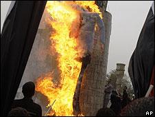 Supporters of Moqtada Sadr burn effigy of former US President George W Bush in Baghdad (09.04.09)