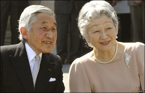 Emperor Akihito and Empress Michiko are greeted by crowds in Tokyo, 10/04