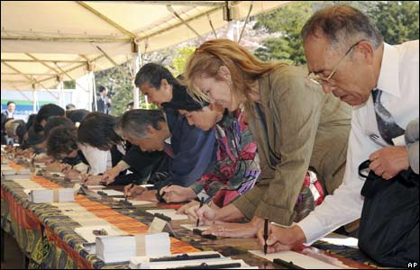 Well-wishers sign books of congratulation in Tokyo, 10/04