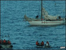 French army negotiate on April 10, 2009 with the Somali pirates