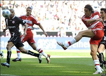 Luca Toni scores Bayern's third