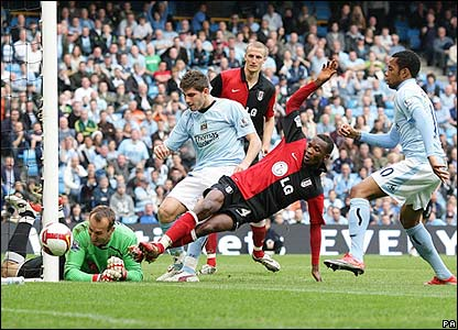 Schwarzer makes a fine save for Fulham