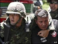 Солдаты и участник демонстрации в Бангкоке