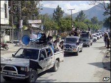 Cleric's convoy leaves Swat