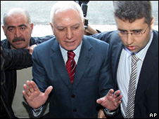 Mehmet Haberal is escorted by security agents in Ankara (13 April 2009)
