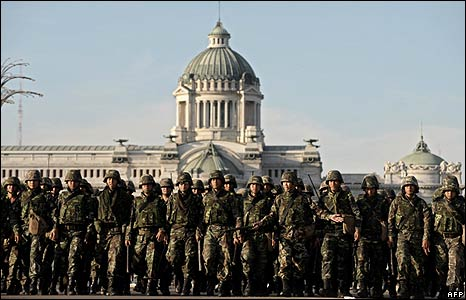 Troops in front of Ananta Samakon palace near the Governement House in Bangkok on 13/4/09