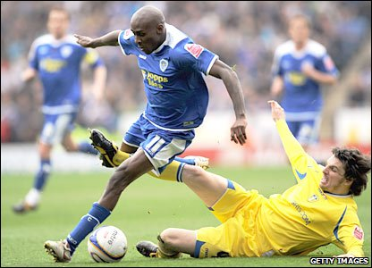 Lloyd Dyer evades a tackle