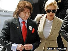 Phil Spector arrives at court in Los Angeles with his wife Rachelle Short (13/04/2009)