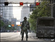 A Thai soldier stands guard in Bangkok (14/04/2009)
