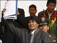 Bolivian President Evo Morales displays the new bill in La Paz (14/09/2009)