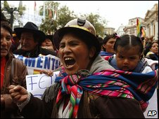 Indigenous Bolivians celebrate the bill in La Paz (14/04/2009)