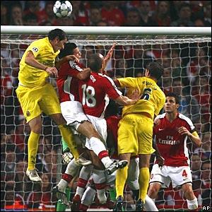 Diego Godin outjumps Arsenal