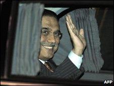 Pakistan President Asif Ali Zardari arriving in Tokyo, 15 April 09