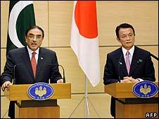 Pakistani President Asif Ali Zardari (L) and Japanese Prime Minister Taro Aso