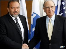 Israeli Foreign Minister Avigdor Lieberman (left) with US envoy George Mitchell in Jerusalem on 16/4/09