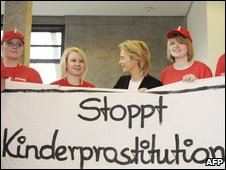 "German Family Minister Ursula von der Leyen (C) poses with youths holding a poster reading ""Stop child pornography"" (25 March 2009)"