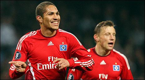 Hamburg's Jose Paolo Guerrero celebrates
