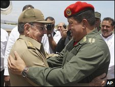 Cuban leader Raul Castro (left) and Venezuelan leader Hugo Chavez (right) in Cumana, Venezuela, 16 April 2009