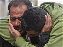 أقارب بسام أوب رحمة يبكون موته اثناء تظاهرة في رام الله