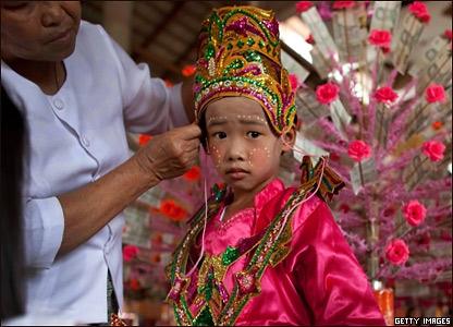 Мальчик перед буддистской церемонией посвящения