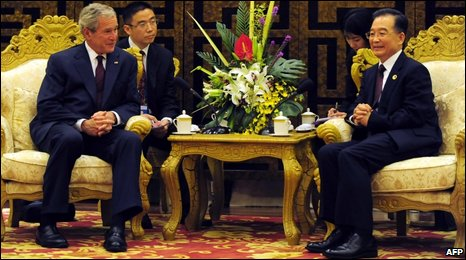 Ex-US President George W Bush (left) meets Chinese Premier Wen Jiabao in Boao, 18 April