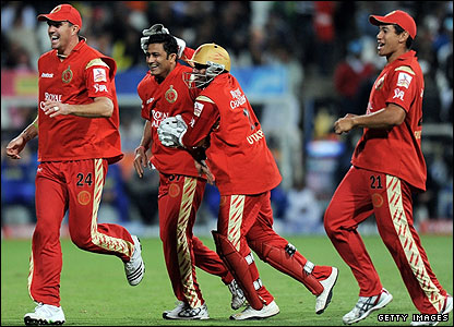 Kevin Pietersen (left) and his Bangalore team-mates