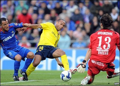 Thierry Henry and Getafe goalkeeper Vladimir Stojkovic