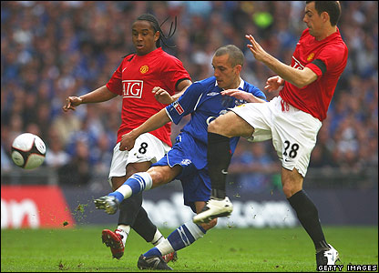 Leon Osman of Everton battles with Man Utd's Darron Gibson and Anderson