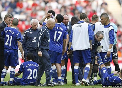 Everton's players prepare for extra time at Wembley